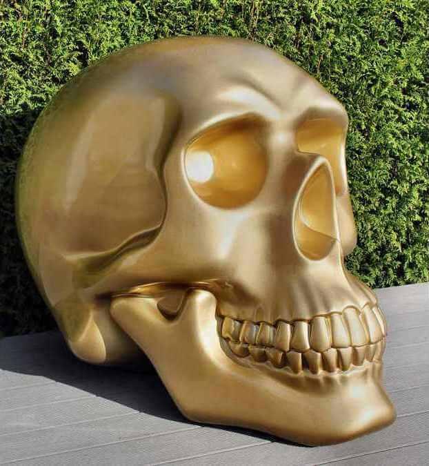 Totenkopf Skulptur, Styroporfiguren mit GFK